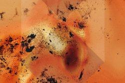 Film burn texture (c) Dustin Schmieding, unterlegt mit dem Emblem der Haager Konvention von 1954 zur Kennzeichnung von geschütztem Kulturgut